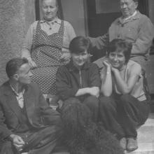 Felesége, fia és unokái köréban, Miskolc, Lenke utca 1960-as évek közepe