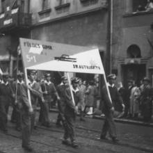 1960. május 1. 5+1-es osztályunk külön egységként vonult. A transzparenst Zsámba Lacival (középen) és Pataki Jancsival (a kép jobb oldalán) vittük.
