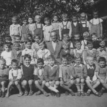 """I. osztály, 1949/1950. tanév, Vörösmarty Általános Iskola, Miskolc. Göntér Gábor tanító úr jobbján, a térdén ülök (a képen balra). A """"kiváltság"""" oka: édesanyám itt tanított, a következő tanévtől ezért is vitt másik iskolába, álljak a magam lábára."""