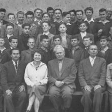 VIII. osztály, 1956/57. tanév, XII. sz. Általános Iskola (Miskolc). A felső sorban bohóckodom (jobbról a 3.), elöl Zakariás Béla igazgató úr, tőle jobbra Gyulai János osztályfőnök úr, balra Csercsik tanárnő (?)