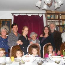 Négy generáció Piliscsabán, anyósom, két gyermekünk a párjukkal, öt unokánk társaságában