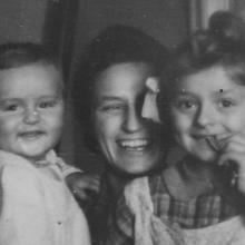 Édesanyámmal és négy évvel idősebb nővéremmel, még árvaságunk előtt 1943-ban